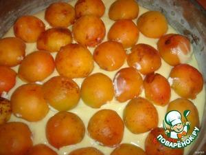 Сверху выложить половинки абрикосок.