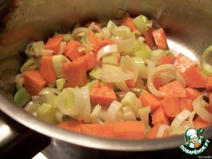 Приготовить пюре из тыквы. Порежем мелко лук-порей и тыкву. Пассируем их на сливочном масле, зальем небольшим количеством рыбного бульона и оставим на маленьком огне доходить до готовности.