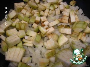 Баклажаны, кабачок, лук, сладкий перец очистить и нарезать небольшими кубиками. Обжарить на растительном масле лук и нарезанный пластинками чеснок (до прозрачности лука), затем добавить баклажаны, кабачок, перец и жарить еще 5 минут.