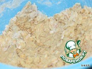 Приготовить тесто.    Для этого смешать овсянку, сахар, муку, разрыхлитель, масло и яйцо.