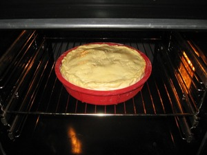 Смазать пирог взбитым яйцом и поставить в разогретую до 180С духовку примерно на 1 час