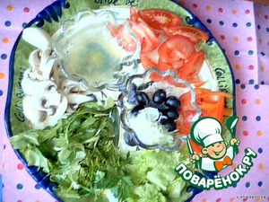 Перемешиваем. Солим в последнюю очередь. Выкладываем красиво, грибки, маслины, листья салата.