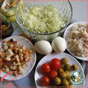 Яйца сварить вкрутую, капусту пошинковать, помять с солью. Курицу нащипать на волокна. Сухарики насушить из белого хлеба.