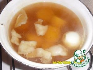 Закладываем в бульон картошку, лук целый, курдюк(тонкие нарезанные пластинки)