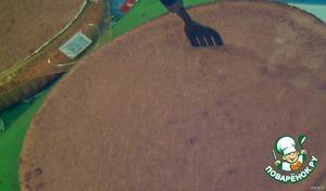 Взять готовые коржи, отделить один, положить на блюдо, на котором будете подавать и пропитать. Для этого, открыть консервированные персики, слить сироп в удобную емкость и вылить примерно 2-3 ст. ложки на корж, предварительно проколов его вилкой в нескольких местах (так делать с каждым следущим коржом).