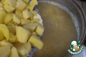 Meanwhile, cut the potatoes into small cubes. And also spread in the pan.