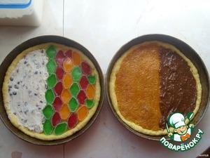 Для каждого пирога должна быть своя начинка, но я схитрила, чтобы показать разнообразие начинок и сделала вот так. Начинки тонким слоем размазываются осторожно по тесту, мармелад выкладывается. Пироги закрываются вторым пластом теста, хорошо защипываются и оставляются отстояться на 15 минут.
