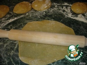 Roll out in thin cakes. Bake the cakes for 10 minutes at 150°.