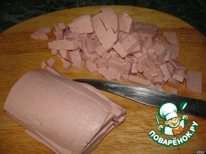 Колбасу нарезать кубиками.