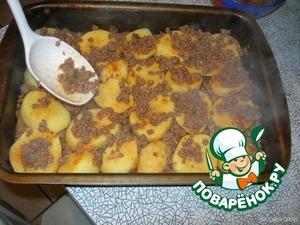 На картофель кладем фарш. Количество – приблизительно как на фото, т.е. не надо заваливать картошку фаршем так, что ее не будет видно.