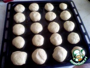 Тесто положить в смазанную растительным маслом кастрюлю,  накрыть пленкой и поставить в теплое место для подъема на 1-1,5 часа.   Подошедшее тесто  разделить на порции размером с куриное яйцо.