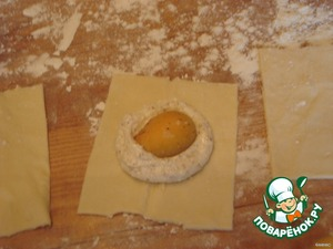 In the center the filling, put half of apricot. Suscipiam the dough on all four sides. Lay out puff pastry on a baking sheet and bake at a temperature of 180-190 grams. 15-20 minutes.