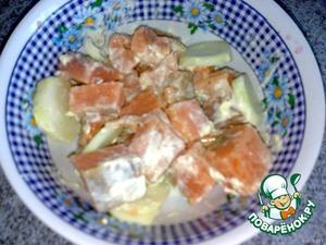 I had two small pieces of homemade fillet of salmon. I cut it in large cubes. Salt and pepper, misted with lemon juice and pour mayonnaise. Left to marinate with the onion, 20-30min.