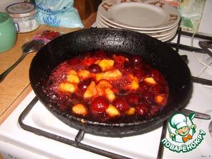 3. Займемся фруктами: 2 ст.л. сахара топим на сковороде (+ немного воды) 4-5 минут, отправляем туда очищенные и порезанные (не мелко) персик и сливы. Тушим минуты 3, затем добавляем клюквенный джем. Еще томим минутку. А потом наливаем коньяк и делаем фламбе! Поджигаем коньяк в сковороде и ждем пока он погаснет! Все, фрукты готовы! На фотографии, жаль, не видно огня, почему-то(((((((