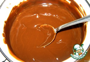 Now we have to prepare the chocolate topping. The chocolate chips and remaining oil in a saucepan, melt and slightly cool.