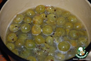 Add 3-4 tbsp water, 50 g sugar, vanilla sugar, bring to boil, boil a few minutes, cool.
