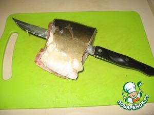 Нужен длинный, тонкий, острый нож.   Вставить его под кожу, и, придерживая рукой, отделить кожу от мяса одним движением.