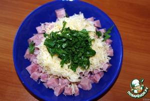 Порежьте мелкими кубиками ветчину    Смешайте с тертым сыром, чесноком, рубленной петрушкой, перцем