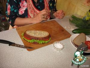 Зубчики чеснока выдавить через чеснокодавилку и намазать на второй кусок хлеба. Положить его по верх первого бутерброда.