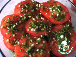 The last tomatoes. Them, in advance, cut into slices. Sprinkle with powder.  Now all the marinade.  Put in the refrigerator.