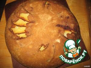 Вынуть пирог из духовки и перевернув сковороду, (как куличик), выложить его на доску