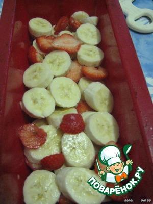 Вымытую клубнику и бананы чистим и нарезаем кружочками.      Выкладываем в смазанную форму для кексов.