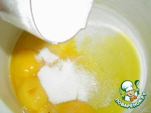 Яйца хорошо взбиваем, постепенно вводим сахар, не прекращая взбивать.    Муку смешиваем с ванильным сахаром, изюмом и разрыхлителем теста, и аккуратно соединяем с яичной массой.    Масло топим и вводим в полученную массу.    Форму смазываем маслом, посыпаем мукой и выкладываем тесто.    Помещаем в разогретую духовку и выпекаем 40 минут при 160 гр., не открывая духовку.