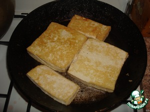 Fry tofu in a pan to slightly crust covered, and to extinguish, in the future, in the cauldron collapsed. You can not fry, and once in the cauldron to put. After roasting Tofu cut into cubes.