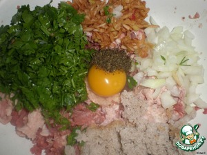 Add to the minced bread along with the milk, onion, Apple, mint, eggs. Season with salt and pepper.