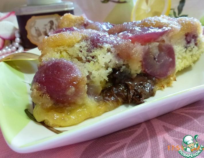 Рецепт: Перевернутый пирог с виноградом и кусочками шоколада