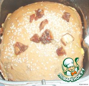 Где-то минут за 30-35 до конца выпечки открыть аккуратно крышку, смазать верх хлеба взбитым яйцом и посыпать сверху кунжутом и финиками. Хотя финиками можно и не посыпать.