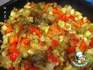 Добавить к овощам томатный сок, прованские травы, соль, сахар и перец и тушить еще 10 минут (до готовности),