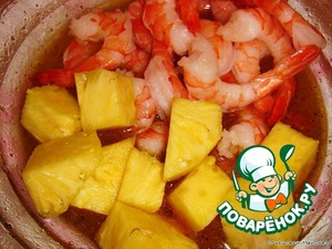 In the marinade put the pineapple with shrimp.