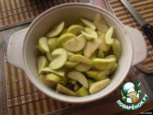 Подготавливаем яблоки: моем, чистим, режем на дольки