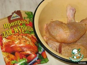 Далее окорочка натереть солью, специями для жарки курицы и убрать в холодильник мариноваться на 1-2часа. Можно и больше.