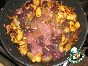 Последними добавляем куриные печень и селезенку. Их обжариваем 3-5 минут, поскольку они готовятся очень быстро.