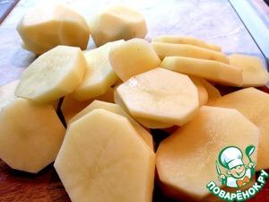 В кастрюле вскипятить 1 л подсоленной воды. Картофель очистить, вымыть и нарезать кружочками толщиной 0.5 см. Варить картофель 5 минут, воду слить.