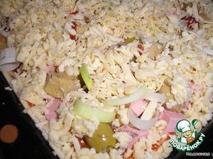 Раскатываем тонко слоеное тесто и кладем его на смазанный растительным маслом противень.       Смазываем сверху кетчупом.       На крупной терке трем сыр и посыпаем тесто совсем немного. Остальной сыр пойдет на самый верх.       Режем крупными кубиками колбасу или вареное куриное филе (или все, что возьмете). Кладем на пиццу. Равномерно, чтобы были промежутки.       Теперь берем маринованные шампиньоны, если большие - режем на кусочки.       Режем лук кольцами, оливки разрезаем пополам и все это тоже выкладываем на тесто.      Солим, перчим и густо посыпаем тертым сыром.