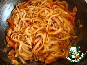 Обжариваем в небольшом количестве масла с добавлением соевого соуса все ингредиенты до готовности. Соединяем нашу курицу с овощами с лапшой и на медленном огне немного тушим в течении 5 минут. В этот момент так же довавляем семена кунжута.