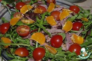 Утку, помидоры и мандарины. Из перца вырезаем ёлочки и украшаем салат.