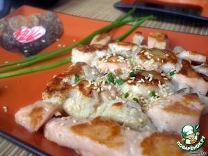 Сервируем стол. Выкладываем рыбку на порционные тарелки, посыпаем кунжутом, добавляем немного зелени, васаби и
