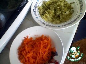 Огурец, морковь и картофель натереть на крупной тёрке, лук мелко нарезать.