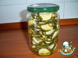 Put in a container alternating with the garlic, add 50 grams of olive oil