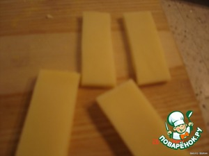 Cut pieces of cheese, put on lettuce, maslinka top, cut.