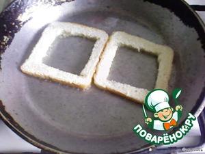 Хлеб обжариваем на сковородке с одной стороны.