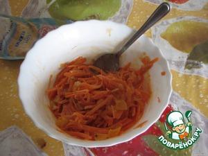 Морковь натереть на крупной терке. Курагу нарезать кубиками, залить водой, довести до кипения и добавить к морковке. Добавить немного майонеза (у меня соус для рыбы) и перемешать.