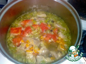Pour the tomatoes with boiling water, remove the skin, cut small cubes and together with the meat put in a pot