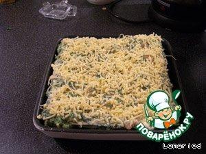 Выложить слой листов лазаньи, слой соуса, повторить 3 раза.   Сверху посыпать довольно щедро тертым сыром.