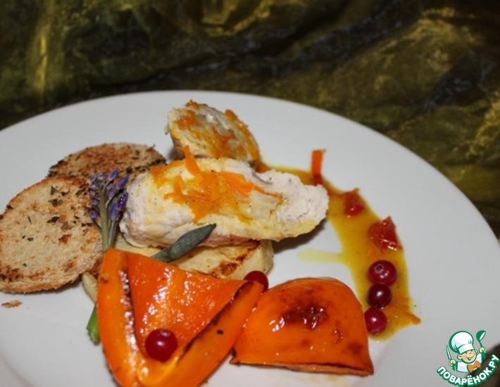 Рецепт: Рулет из индейки в компании с жареным ананасом Оранжевое настроение