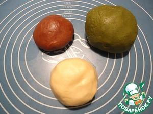 В большую часть добавляем чай матча (это зеленый порошковый чай, не путайте с обычным зеленым), вымешиваем тесто. В самую маленькую часть теста добавляем какао, вымешиваем.